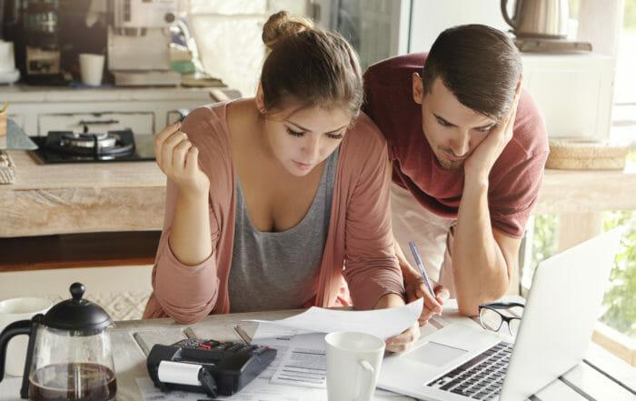 Mladý pár spolu počítá a plánuje finance